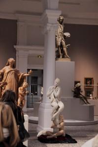 étonnantes statues vivantes blanches